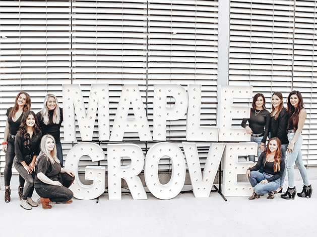 Women by Maple Grove signt